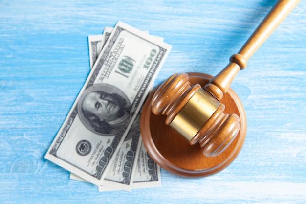 Marteau du juge et argent sur la table