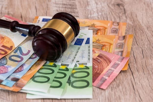 Marteau du juge sur les billets en euros close up