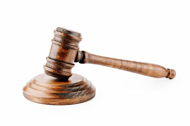 Le marteau du juge sur fond clair, vue de dessus. la notion de droit.