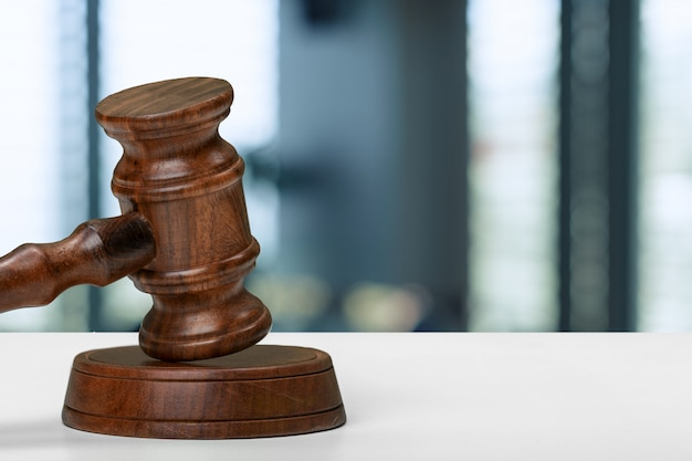 Marteau du juge sur fond flou