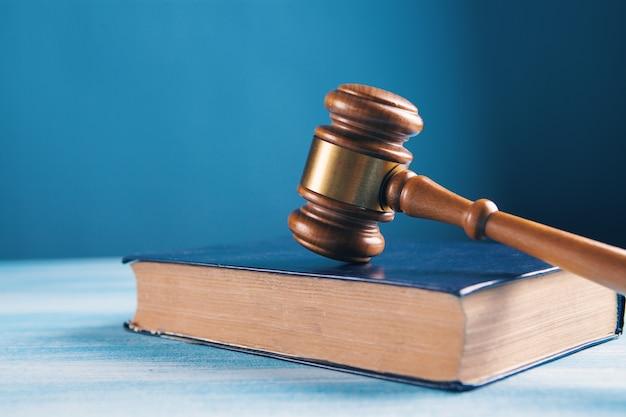 Le marteau du juge sur le livre