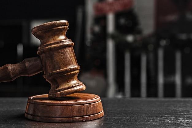 Marteau du juge sur noir