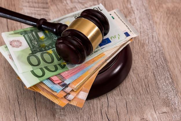 Marteau du juge sur pile de billets en euros