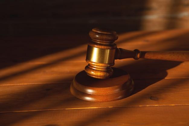 Marteau du juge sur une table en bois