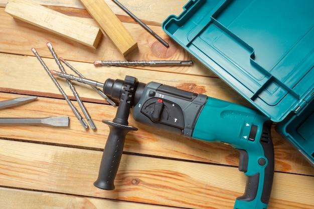 Marteau électrique se trouve sur une table en bois