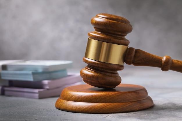 Marteau de juge et argent sur le concept de coût d'avocat de table