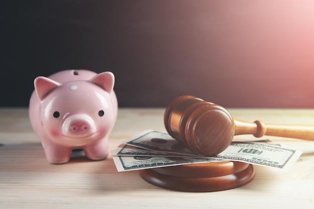 Marteau de juge avec de l'argent et une tirelire
