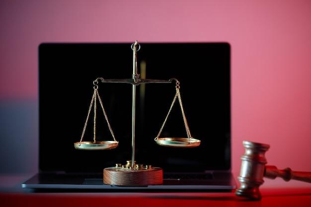 Marteau de juge et balance de la justice en bureau de notaire.