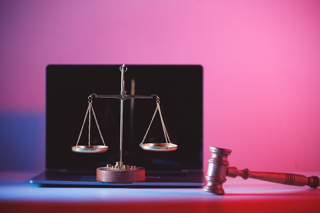 Marteau de juge et balance de la justice en fonction.