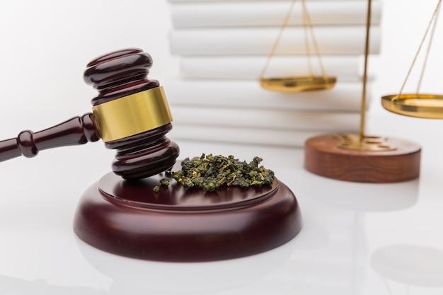 Marteau de juge en bois avec bloc sonore sur fond de miroir noir - légalité du cannabis, cannabis légal et illégal dans le monde.
