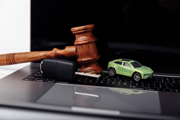 Marteau de juge en bois avec clé et vente aux enchères de voitures et concept d'enchères