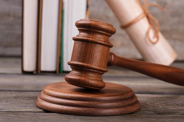 Marteau de juge en bois gros plan. gavel avec cour et parchemin.