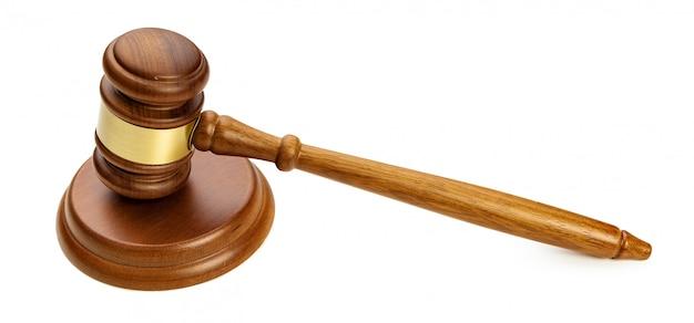 Un marteau de juge en bois isolé sur blanc