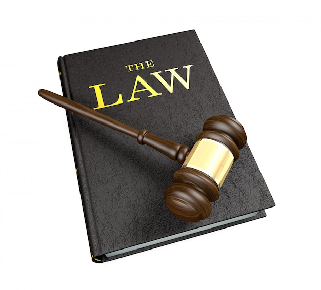 Marteau de juge en bois sur un livre de droit sur fond blanc