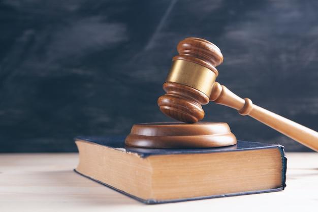 Marteau de juge en bois et livre de droit