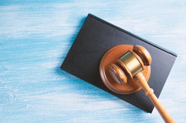 Marteau de juge en bois et livres de droit.