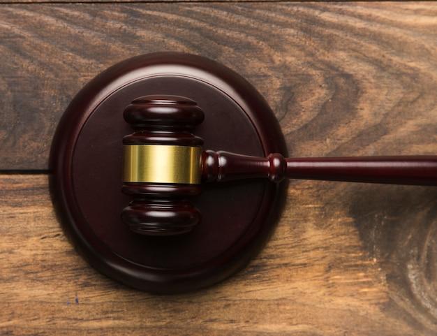 Marteau de juge en bois vue de dessus sur un support