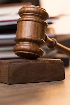 Marteau juge contre des documents