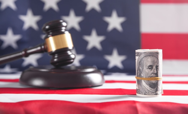 Marteau de juge avec dollars et drapeau américain