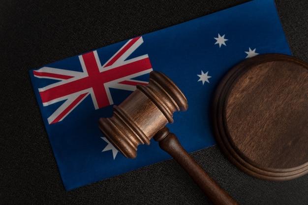 Marteau de juge sur le drapeau australien. cour en australie. vente aux enchères australienne.