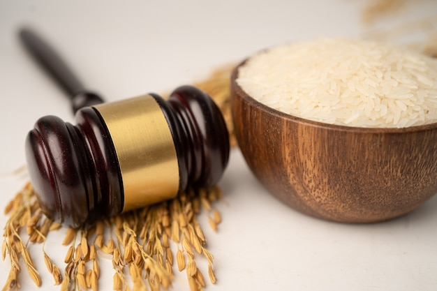 Marteau de juge avec du bon riz à grain de la ferme agricole. concept de tribunal de droit et de justice.