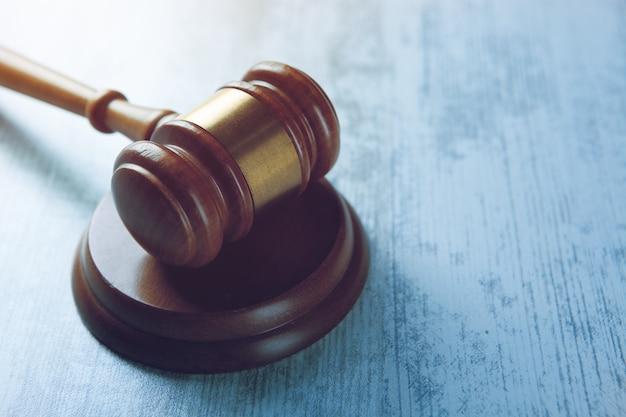 Marteau de juge sur le fond en bois