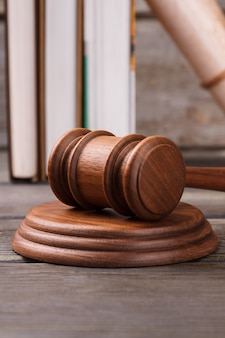 Marteau de juge de gros plan et bloc de sondage. livres de droit sur le fond.
