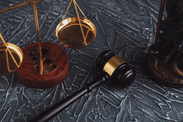 Marteau de juge et livre juridique sur table en bois, concept de justice et de droit