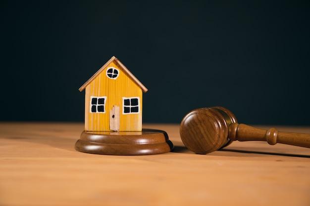 Marteau de juge et modèle de maison. notion de droit successoral