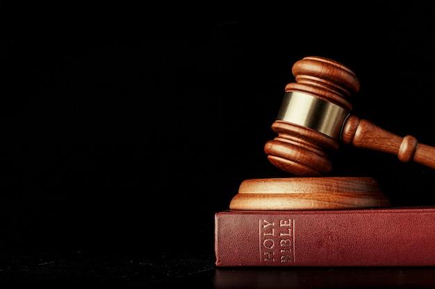 Marteau de juge avec sainte bible