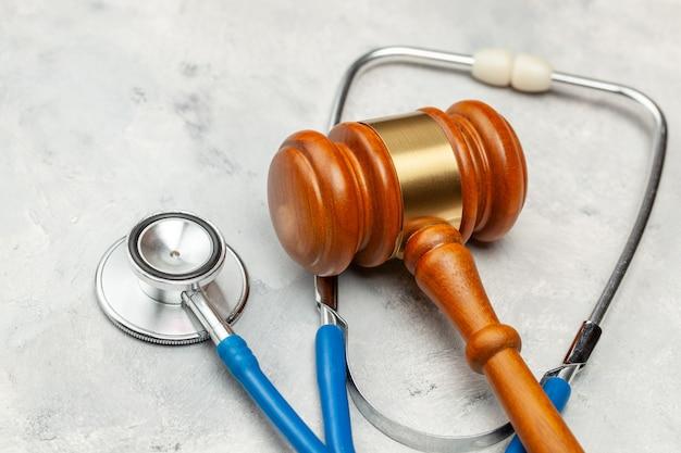 Marteau de juge et stéthoscope. la loi en médecine, la peine pour négligence médicale.