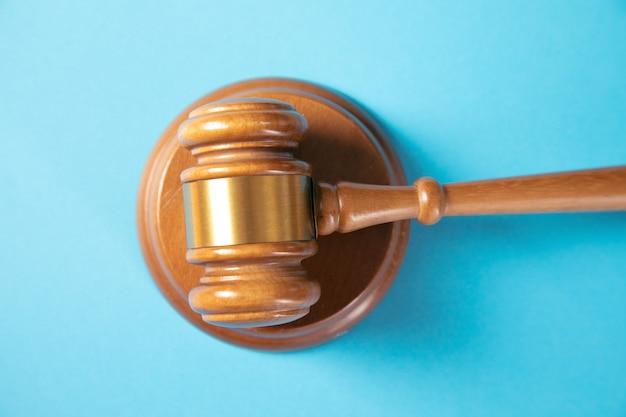 Marteau de juge sur surface bleue