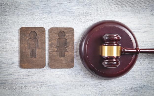 Marteau de juge, symboles en bois masculins et féminins.