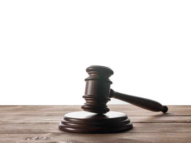 Marteau de juge sur table en bois avec fond isolé