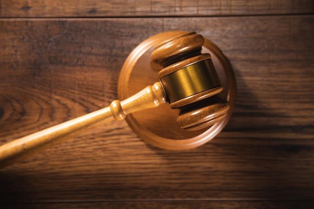 Marteau de juge sur table grise. notion de droit