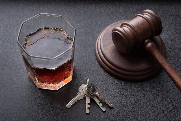 Marteau des juges et alcool. concept pour l'alcool au volant. concept juridique et jurisprudence de la justice.