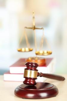 Marteau de juges en bois sur table en bois, gros plan