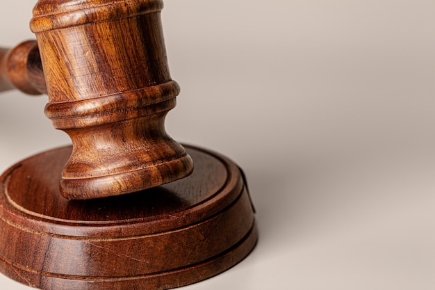 Marteau de juges en bois sur table bouchent