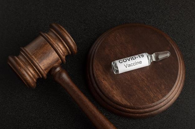 Marteau des juges et vaccin anti-coronavirus covid-19