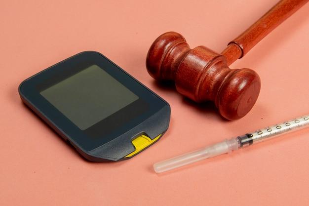 Marteau de justice associé à la médecine, symbolisant les moyens légaux d'obtenir un traitement