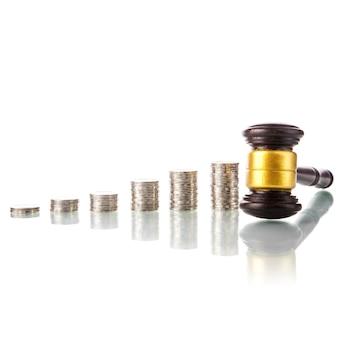 Marteau de la loi des juges avec des pièces de monnaie