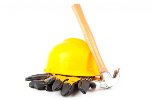 Marteau à mâchoires appuyé contre un casque et des gants de chantier