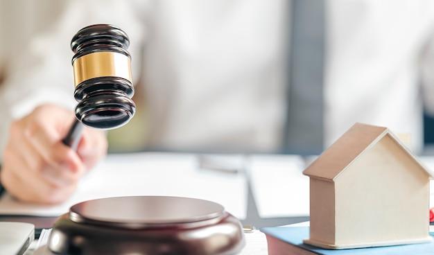 Marteau et maison pour concept immobilier.