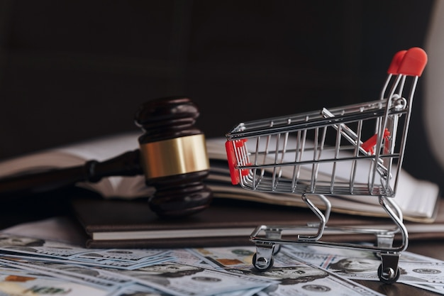 Marteau marteau juge argent dollar. concept financier, pots-de-vin, corruption. affaires, tribunal, droit. arrivée et punition