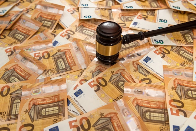 Marteau et de nombreux billets de 50 euros