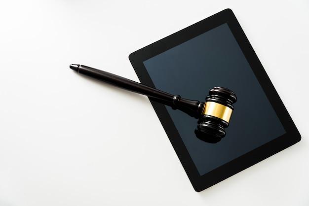 Marteau sur un ordinateur tablette isolé