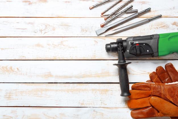 Marteau perforateur électrique se trouve sur une table en bois