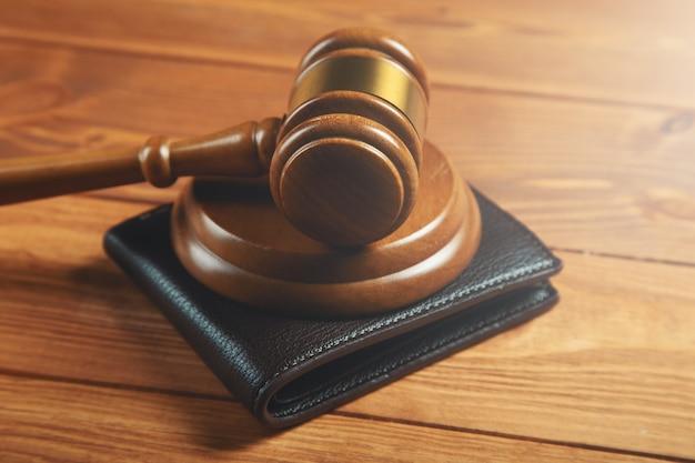 Marteau et portefeuille sur la table corruption des autorités ou restrictions sur les revenus financiers