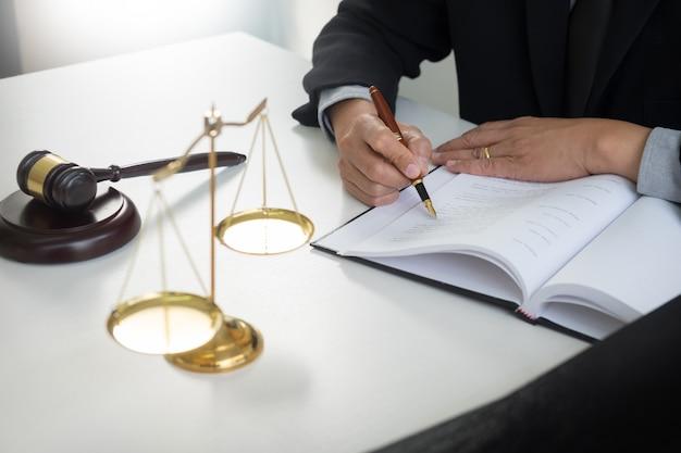 Marteau et soundblock du droit de la justice et avocat