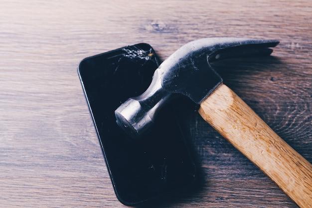 Marteau sur un téléphone cassé